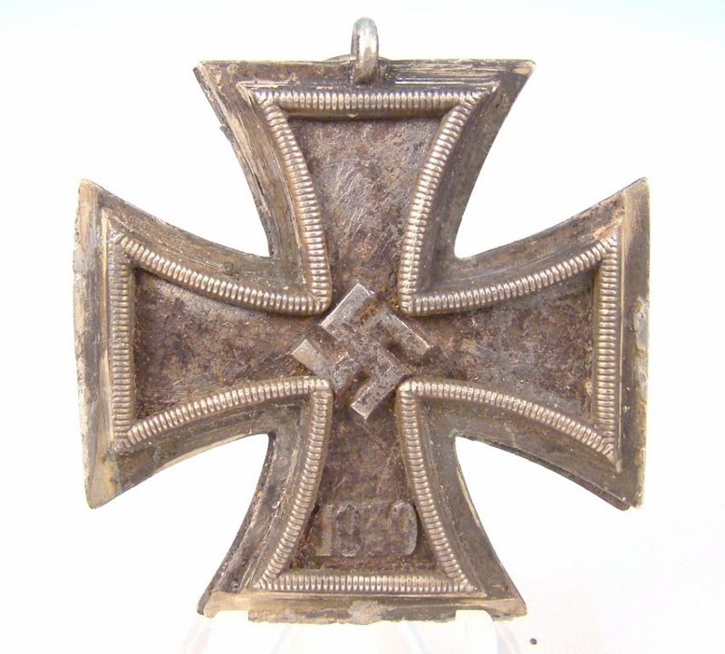 German Iron Cross medal with Nazi swastika at center and the year '1939' at base.